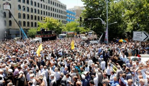 La foule derrière un camion transportant les cercueils de 15 des 17 personnes tuées dans les attentats à Téhéran, le 9 juin 2017 © ATTA KENARE AFP