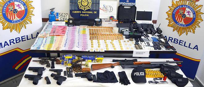 Saisie. Une partie du butin: 100000euros, 13 kilos d'or, armes, téléphones portables en pagaille, casquettes et brassards de police...
