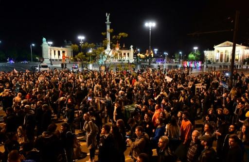 Des étudiants et enseignants de l'Université d'Europe centrale (CEU) créée par George Soros manifestent devant le siège du parti au pouvoir Fidesz à Budapest le 9 avril 2017 © ATTILA KISBENEDEK AFP