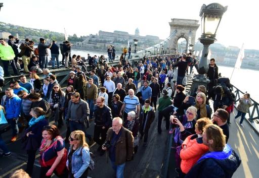 Des étudiants et enseignants de l'Université d'Europe centrale (CEU) créée par George Soros manifestent à Budapest le 9 avril 2017 © ATTILA KISBENEDEK AFP
