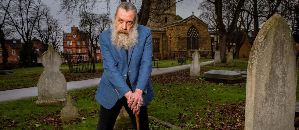 Alan Moore, 63 ans, pose pour nous dans le cimetière de St Giles Church, à Northampton.
