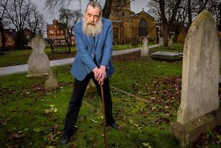 Alan Moore, 63 ans, pose pour nous dans le cimetiere de St Giles Church, a Northampton. (C)Eric TSCHAEN/REA