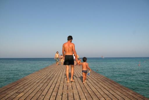 Le congé paternité est censé favoriser l'implication des hommes dans le soin aux enfants © PATRICK BAZ AFP/Archives