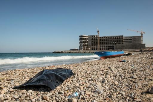 Le corps d'un migrant noyé recouvert d'une bâche de plastique le 4 janvier 2017 sur une plage de Tripoli en Libye © TAHA JAWASHI AFP