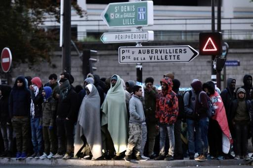 Des migrants et des réfugiés à Paris le 9 mai 2017 lors de l'évacuation d'un camp près de La Chapelle © PHILIPPE LOPEZ                       AFP/Archives