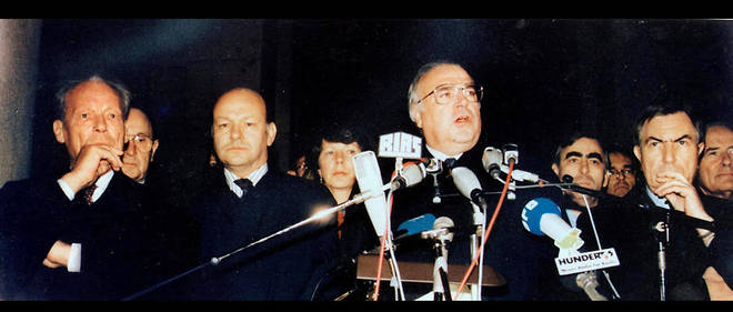 Le chancelier Helmut Kohl (au centre) prononce un discours aux côtés de l'ancien chancelier Willy Brandt et le maire de Berlin Walter Momper (deuxième à gauche), le 10 novembre 1989. Il sera abondemment sifflé.