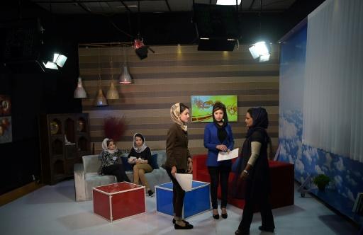 """Des Afghanes discutent entre elles avant d'enregistrer une émission matinale à TV-Zan, """"la télé des femmes"""", le 24 mai 2017 à Kaboul © SHAH MARAI AFP"""