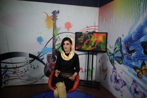 """Une Afghane travaillant à TV-Zan, la """"télé des femmes"""", présente une émission musicale, le 24 mai 2017 à Kaboul © SHAH MARAI AFP"""