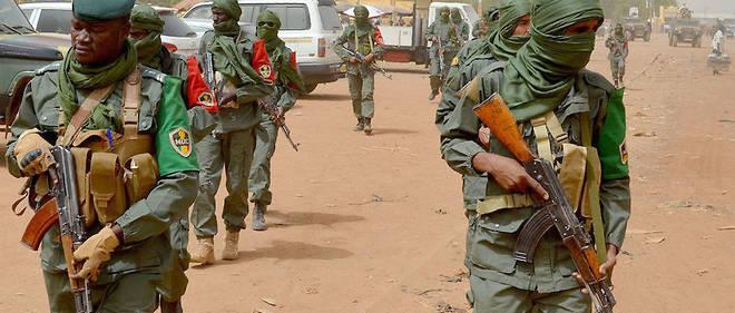 Des soldats de l'armée malienne accompagnés des combattants de groupes armés en patrouille conjointe à Gao, en février 2017. Photo d'illustration.