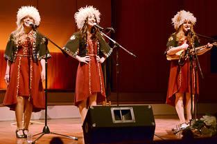 Les trois chanteuses géorgiennes du Trio Mandili, en concert à Riga (Lettonie), en juin 2017.
