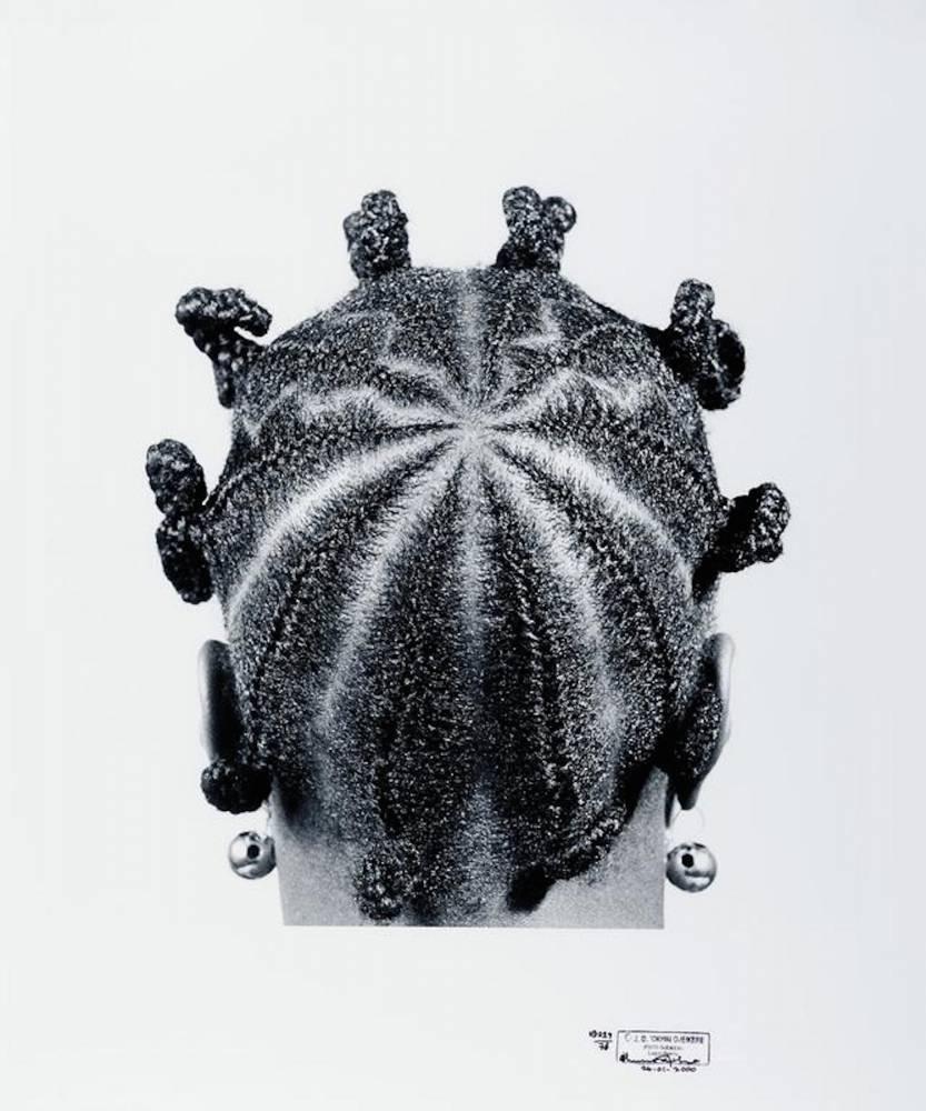 """""""Star Koroba"""" (1971) Ce cliché de J.D. 'Okhai Ojeikere intitulé """"Star Koroba"""" (1971) fait partie d'une série consacrée aux coiffures-sculptures des Nigérianes, qui a acquis avec le temps une valeur ethnographique. ©  J.D 'Okhai Ojeikere / Courtesy Fondation Louis Vuitton"""
