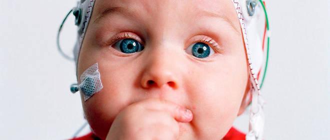 Casque connecté. Cepetit garçon de 9mois est soumis à un encéphalogramme dans le cadre d'une étude de l'Institut Max-Planck de Leipzig sur le développement de la communication et du langage chez les bébés. Un champ expérimental qui s'est développé depuis une dizaine d'années.