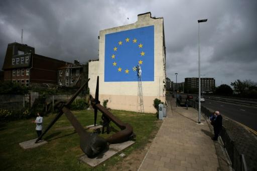 Sur un mur de Douvres, au Royaume-Uni, la fresque d'un homme en train de casser une étoile du drapeau européen à coups de burin signé Banksy, photographié le 8 mai 2017 © Daniel LEAL-OLIVAS AFP/Archives