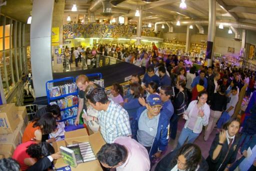 Des centaines de personnes font la queue pour acheter le dernier volume des aventures de Harry Potter de J.K Rowlings, dans une libraire à Mexico, le 16 juillet 2005 © ALFREDO ESTRELLA AFP/Archives
