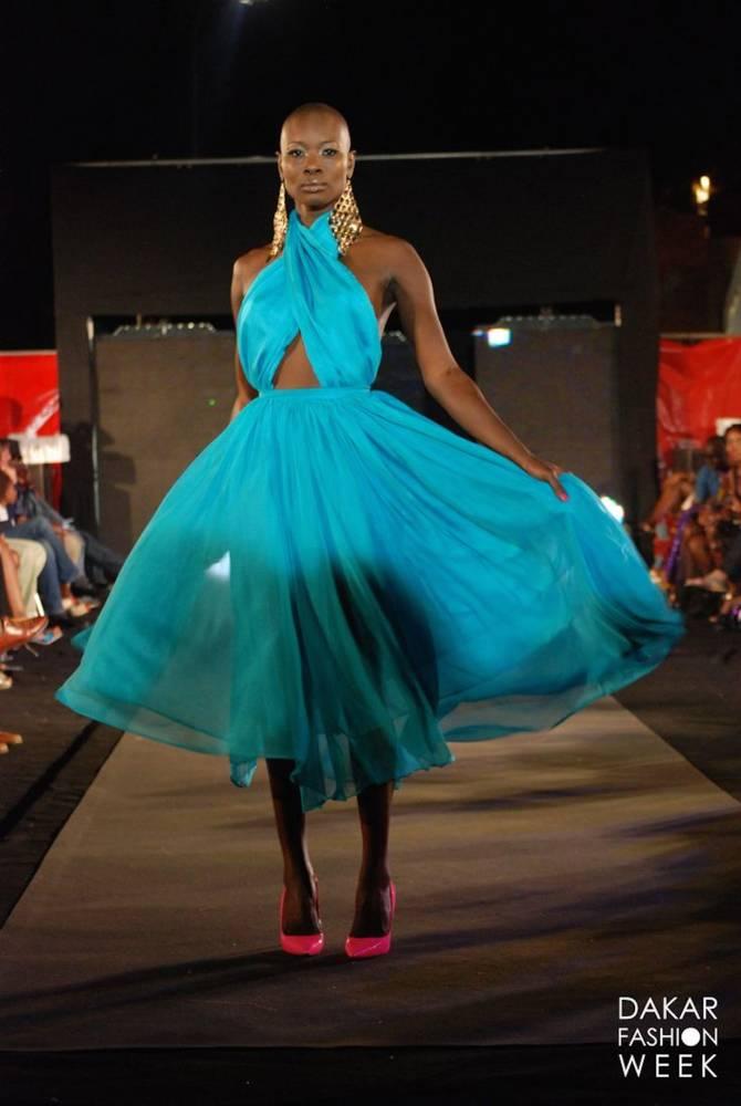Défilé de la styliste Adama Paris : robe turquoise blue.  ©  DFW