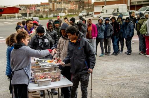 Des associations distribuent des repas aux migrants à Calais le 21 juin 2017 © PHILIPPE HUGUEN AFP/Archives