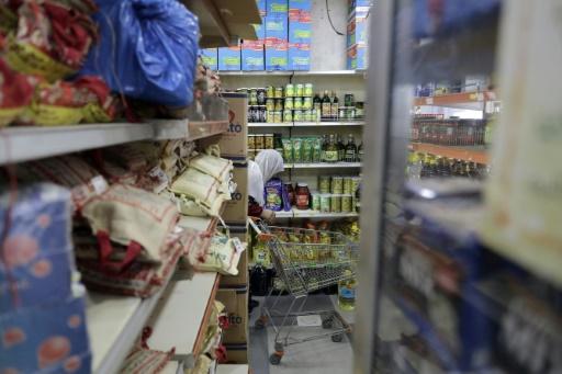 Une réfugiée syrienne fait des courses dans une boutique qui accepte la carte de débit de l'ONU, le 14 juin 2017 à Beyrouth, au Liban © JOSEPH EID AFP