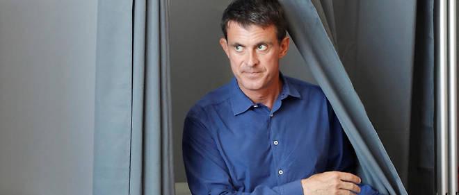 Manuel Valls sortant de l'isoloir au second tour des élections législatives.