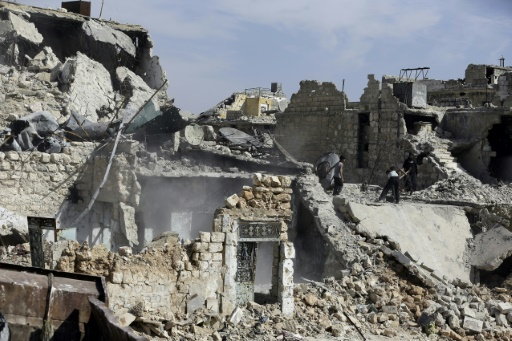 Famille syrienne parmi les décombres d'une maison du quartier de Karm al-Jabal à Alep, le 9 mars 2017 © JOSEPH EID AFP/Archives