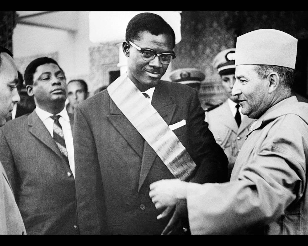 Le roi du Maroc Mohammed V remet le Grand Cordon de l'Ordre du Trône à Patrice Lumumba, alors premier ministre du Congo, le 8 août 1960 durant sa visite officielle au Maroc.  ©  AFP