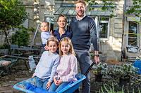 Pauline et Alexandre Ramé et leurs enfants Louise, Camille et Marceau. ©Sebastien ORTOLA/REA