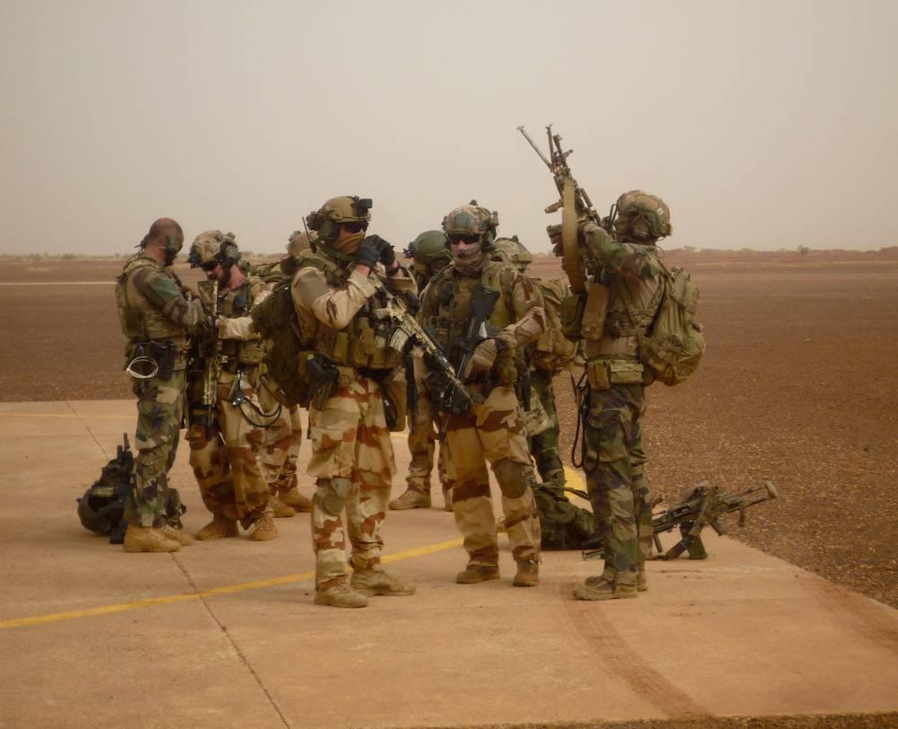 Des soldats français de Barkhane en préparation en vue d'une sortie dans les environs de Gao, au Mali.  ©  FX Freland