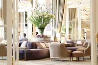Selon l'historien Brice Payen, le jardin d'hiver de l'hôtel de Crillon recevait – et compte toujours recevoir – quelques grands noms du cinéma et du théâtre. Les plus curieux y découvriront un détail de l'Histoire de France, gravé sur l'un des murs de la pièce... ©Pauline Tissot