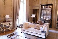 Dans la partie salon de la suite Duc de Crillon ont été conservées l'architecture et la décoration du temps de la construction de l'hôtel en 1758, quand la pièce était... une chapelle ! ©Pauline Tissot