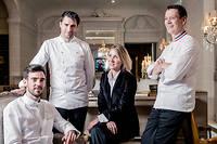 De gauche à droite : Justin Schmitt, chef de la Brasserie d'Aumont, Christopher Hache, chef de L'Écrin, Claire Sonnet, directrice de salle de l'Écrin, Jérôme Chauchesse, chef pâtissier de L'Écrin. ©Julien Faure
