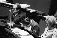Éprouvant. Le 27 novembre 1974, à l'Assemblée nationale, entourée deNorbert Ségard, secrétaire d'État au Commerce extérieur, et Annie Lesur, secrétaire d'État auprès duministre de l'Éducation. Simone Veil est exténuée par les échanges houleux que provoque la loi sur l'interruption volontaire de grossesse. Certains diront l'avoir vue pleurer, ce qu'elle démentira systématiquement. Le 29novembre 1974, la loi Veil est adoptée.  ©Philippe Ledru / Bureau233