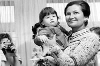 Complices. La ministre de la Santé inaugure une crèche à Hyères (Var), accompagnée par le Premier ministre, Jacques Chirac, le 12mars 1975.Simone Veil est proche de Jacques Chirac – qui l'appelle affectueusement «Poussinette».