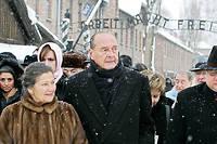 Retour. Simone Veil avec Jacques Chirac, à Auschwitz, le 27 janvier 2005. C'est la première fois qu'elle y revient. Elle a fait ce voyage, longtemps reculé, pour lequel elle ne se sentait pas prête, en famille, avec ses enfants et ses petits-enfants. ©JANEK SKARZYNSKI/AFP