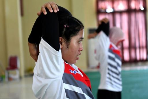 Depuis mars, 15 joueurs et joueuses de la sélection indonésienne vivent sept jours sur sept dans une enceinte de la police d'élite de Jambi, ville sur l'île de Sumatra © GOH Chai Hin AFP