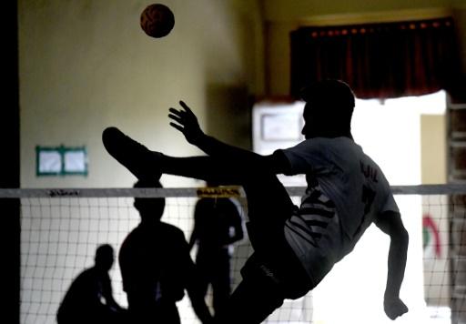 """L'""""incorporation"""" au sein de la police implique des sacrifices personnels pour les joueurs de l'équipe nationale indonésienne de sepak takraw, contraints de vivre comme des ermites pendant les cinq mois de ce stage © GOH Chai Hin AFP"""