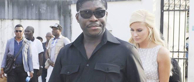 Teodorin Obiang, le fils du président de Guinée équatoriale, et sa compagne Christina D. Mikkelsen, ancienne Miss Danemark, ici en 2012 à Malabo lors d'une distribution de jouets aux enfants défavorisés.