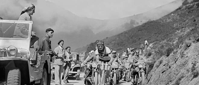 Jean Robic, le 13 juillet 1947, gravit le col d'Aspin. Il remporte l'étape devant Vietto avant de gagner le premier Tour de France d'après-guerre.