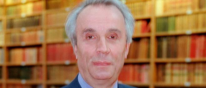 Alain Corbin, professeur d'histoire à l'université de la Sorbonne, pose le 19 juin 2002 à Paris, dans le cadre de l'enregistrement d'une émission de télévision.