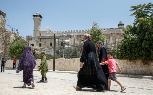 Des Palestiniens près du Tombeau des Patriarches, également appelé Mosquée d'Ibrahim, le 7 juillet à Hébron © HAZEM BADER AFP