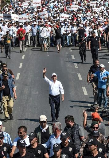"""Kemal Kiliçdaroglu (c), chef de l'opposition turque, le 8 juillet 2017 à Istanbul au 24e jour de sa """"marche pour la justice"""" © OZAN KOSE AFP"""