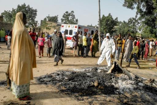 Des secouristes et des habitants sur les lieux d'un attentat suicide commis par quatre femmes kamikazes, le 15 mars 2017 à Maiduguri, au Nigeria ©  AFP/Archives