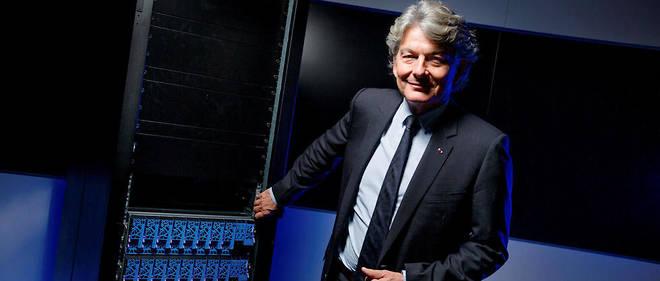 Doper les machines. Thierry Breton au siège social d'Atos, à Bezons (Val-d'Oise), le30juin, devant le premier simulateur quantique du groupe. Le géant informatique a dégagé un chiffre d'affairesde 11,7milliards d'euros en 2016.