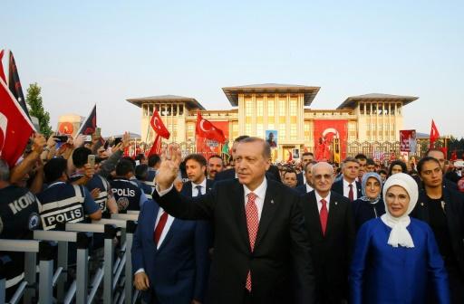 Le président turc Recep Tayyip Erdogan et sa femme Emine arrivent à la cérémonie pour le premier anniversaire du putsch manqué, le 15 juillet 2017 à Istanbul ©  Service de presse de la présidence turque/AFP