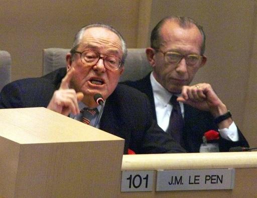 Jean-Marie Le Pen (G) et Jean-Jacques Susini (D) à Marseille le 18 décembre 1998 © BORIS HORVAT AFP/Archives