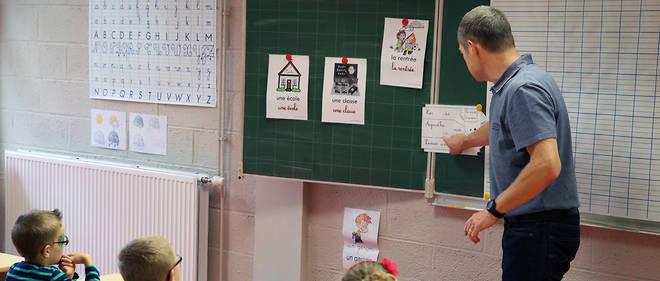 À Roncq, dans le nord de la France, un professeur fait cours.