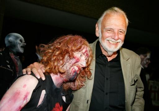 """Le réalisateur George A. Romero (à droite) et un fan grimé en zombie, loirs de la projection du film """"Le Vestige des morts-vivants"""" le 12 septembre 2009, lors du festival du film international de Toronto. © Malcolm Taylor GETTY IMAGES NORTH AMERICA/AFP"""