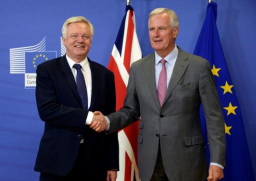 Les deux négociateurs en chef pour l'UE et le Royaume-Uni, Michel Barnier (D) et David Davis (G), se serrent la main avant des négociations sur le Brexit à Bruxelles, le 17 juillet 2017 © THIERRY CHARLIER AFP
