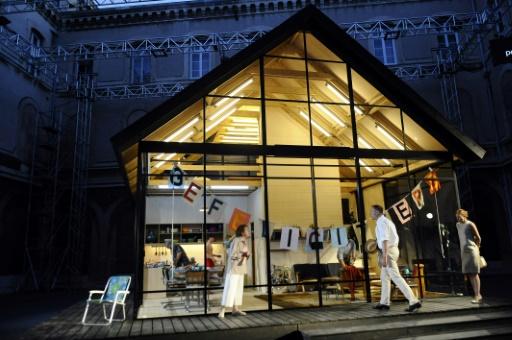 """Maison de verre grandeur nature installée dans la Cour du lycée Saint Joseph d'Avignon pour la pièce """"La Maison d'Ibsen"""", le 14 juillet 2017 au Festival d'Avignon © Franck PENNANT AFP"""