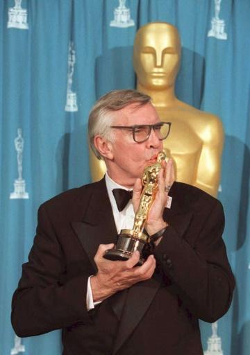 """Martin Landau reçoit le 27 mars 1995 un Oscar pour le meilleur deuxième rôle dans le film """"Ed Wood"""" © JEFF HAYNES AFP/Archives"""