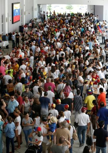 Des Vénézuéliens font la queue pour participer à la consultation populaire organisée par l'opposition contre le président Maduro, le 16 juillet 2017 à Miami © RHONA WISE                       AFP