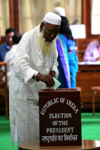 Un parlementaire indien vote afin d'élire le prochain président du pays, à New Delhi le 17 juillet 2017 © Prakash SINGH AFP